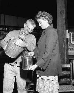 Перелив сока, фото ок. 1955 года