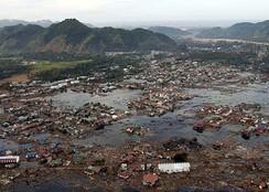 Деревня в руинах недалеко от побережья Суматры