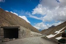 Май 2013 г. Большинство тоннелей неосвещены, поэтому используются только в лавиноопасный период.