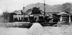 Главный вход в форт на фоне окружающих гор