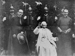 Photogram of the 1896 film Sua Santitá papa Leone XIII, the first time a Pope appeared on film.