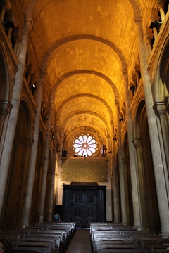 The nave of Lisbon Cathedral is covered by a series of transverse barrel vaults separated by transverse arches and has an upper, arched gallery (triforium).