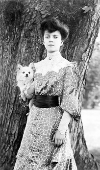 Alice Roosevelt in 1902 with her dog, Leo, a long-haired Chihuahua. She was also given a Pekingese named Manchu, by the Chinese Empress Dowager Cixi in 1905.