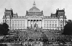 Demonstration against the treaty in front of the Reichstag