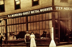 Mundings Tin Shop and Sheet Metal Works occupied the building before becoming Tony Packo's Cafe. Image dates to 1913