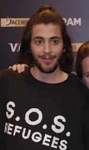 "Sobral wearing the ""S.O.S. Refugees"" shirt."