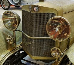 Laurel-wreathed 1925–1945 badges on a 1925 Alfa Romeo RL SS