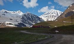 В окрестностях горнолыжного курорта Гудаури.