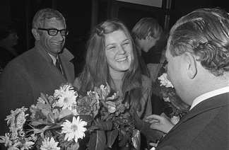 Frans de Kok (left), behind Lenny Kuhr after winning the Eurovision Song Contest 1969