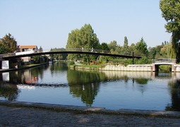 The Samarobriva footbridge towards the Saint-Pierre Park