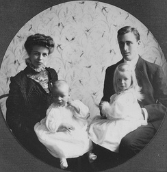 Eleanor and Franklin Roosevelt with their first two children, 1908