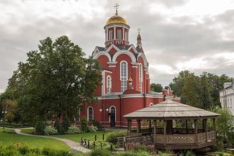 Церковь Благовещения в Петровском парке вид от детской площадки