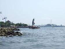 Парусная шлюпка в заливе Джакарты