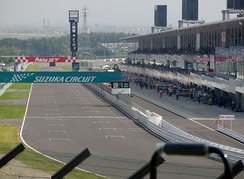 Photograph of the start/finish straight of the Suzuka Circuit in 2010