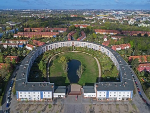 Horseshoe-shaped public housing project by Bruno Taut (1925)