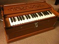 Portable harmonium: Indian harmonium or Guide-chant (fr)