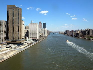 The East River flows past the Upper East Side(2009)