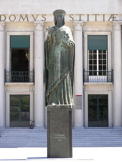 Statue of Mumadona Dias, in front of the city court