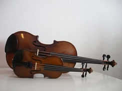Fractional (​1⁄16) and full size (​4⁄4) violins