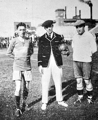 Pedro Calomino (left), Servando Pérez (referee) and Lorenzo Colombo (Tiro Federal goalkeeper) posing for the camera before playing the second and definitive match of the 1920 edition
