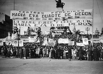 Women's demonstration in Buenos Aires in front of the National Congress by law for universal suffrage, 1947