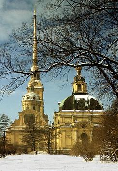 Храм Апостолов Петра и Павла (слева) и великокняжеская усыпальница