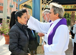 Two Anglican priests distribute ashes to passerby in the American city of Boca Raton as part of the Ashes to Go movement
