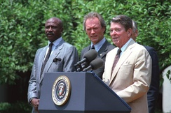 Eastwood junto al actor Louis Gossett, Jr. y al presidente Ronald Reagan en julio de 1987.