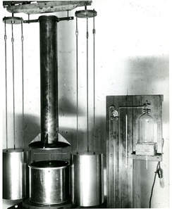 Torsion balance used by Paul R. Heyl in his measurements of the gravitational constant G at the U.S. National Bureau of Standards (now NIST) between 1930 and 1942.