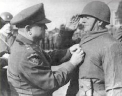 Turkish Brigade commander General Tahsin Yazıcı receiving the Silver Star from Lieutenant General Walton Walker (December 15, 1950)