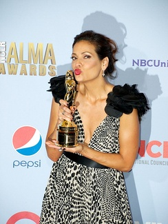 Constance Marie kissing her trophy at the ALMA Awards