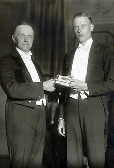 Charles Lindbergh receives his medal from President Calvin Coolidge