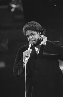 Grand Gala du Disque Populaire 1974 - Barry White 927-0099.jpg