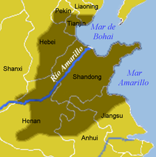 "The North China Plain is shown in dark. The Yellow River is shown as ""Río Amarillo""."