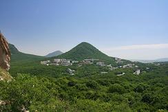Вид с горы Медовой. В центре— Железная, за ней— Змейка, виден также край Развалки