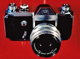 The Zeiss Ikon VEB Contax S, manufactured in Dresden, one of the two original pentaprism SLRs for eye-level viewing that went into production in 1949. The Italian Rectaflex offered its first production SLR, the series 1000, the same year.