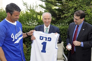 From left to right, former team manager Brad Ausmus, Shimon Peres and Daniel B. Shapiro.