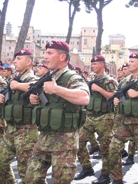 "Italian paratroopers of the Carabinieri Regiment ""Tuscania"""