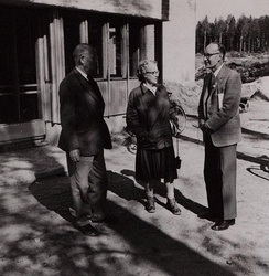 Mr and Mrs J.P. Niven of the South African Ornithological Society with Dr W.H. Thorpe (right) during the XII Ornithological Congress in Finland, Otaniemi, June 7, 1958
