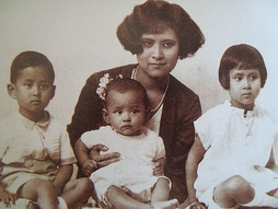 Bhumibol (centre) with his mother and siblings Ananda Mahidol (left) and Galyani Vadhana (right)
