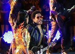 Kravitz performing with Katy Perry at Super Bowl XLIX halftime show.