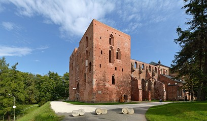 Cathedral ruins and University of Tartu museum