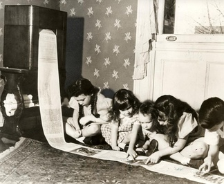 Children read a wirelessly-transmitted newspaper in 1938.