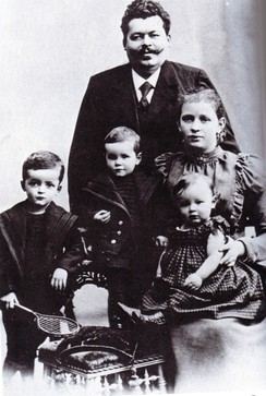 Friedrich Ebert with his wife Louise and their children (from left to right) Friedrich, Georg and Heinrich (Christmas 1898)