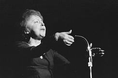 Édith Piaf singing in front of a microphone (1962).