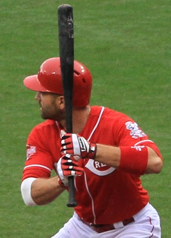 Joey Votto chokes up on the bat during a 2015 game