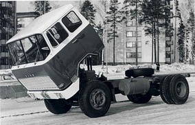 The 1962 introduced Sisu KB-112/117 was the first serial produced European lorry with a hydraulically tiltable cabin.