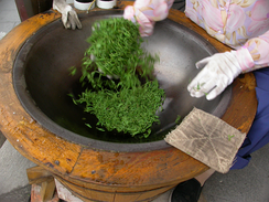 During the Tang dynasty (618–907) chao referred to roasting tea leaves. Stir frying became a popular method for cooking food only later, during the Ming dynasty (1368–1644).