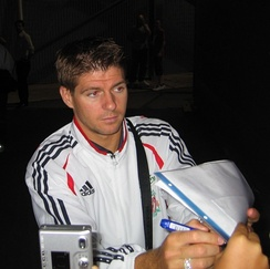Gerrard signing autographs in 2006