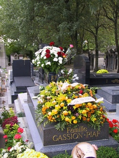 Flowers left on the grave of Édith Piaf